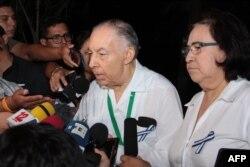 Carlos Tunnermann y Azalea Solis, de la Alianza Cívica, hablan con la prensa tras una sesión del Diálogo Nacional con el gobierno de Daniel Ortega.