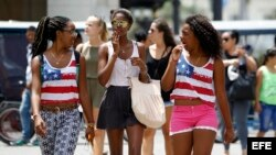 Fotografía del 14 de abril de 2016 de jóvenes caminando por una calle de La Habana.