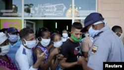Un policía organiza una de las colas en La Habana. REUTERS/Alexandre Meneghini