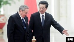 El presidente de Cuba, Raúl Castro es recibido con honores militares por su homólogo chino, Hu Jintao.