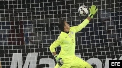 El portero uruguayo Fernando Muslera no consigue detener el remate del delantero argentino Sergio Agüero.