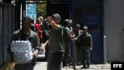 Soldados de la Guardia Nacional en un liceo del centro de Caracas (Venezuela).