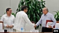"""Humberto de la Calle (d), saluda al segundo jefe de las FARC y líder de los delegados de la guerrilla en La Habana, Luciano Marín (c), alias """"Iván Márquez."""