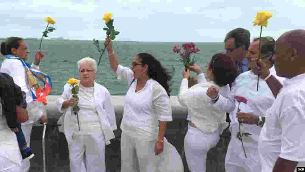 Damas de Blanco en el exilio y opositores residentes en la isla lanzan flores al mar en el malecón de la Ermita de la Caridad.