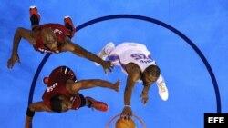 El jugador de Thunder Kevin Durant (d) encesta ante Chris Bosh (c) y Joel Anthony (i) del Miami Heat. Thunder ganó 105-94. EFE/LARRY W. SMITH