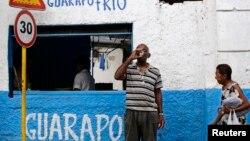 Un hombre toma un vaso de guarapo en una cafetería en La Habana. (Archivo)