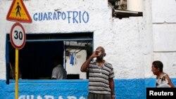 Un hombre toma un vaso de guarapo en una cafetería privada en La Habana. (Archivo)
