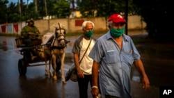 Habaneros usan tapabocas este 1 de julio para protegerse del coronavirus. (AP Photo/Ramon Espinosa)