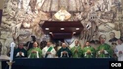 Misa en la Ermita de la Caridad que oficia el Padre Conrado (i).