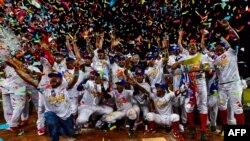 Jugadores de los Toros de Herrera celebran la victoria sobre el equipo de Cuba