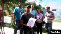 Distribuyen octavillas/ calles /Santiago de Cuba.