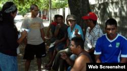 Archivo - Cubanos llegan a la costa de Honduras