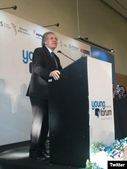 El secretario de la OEA Luis Almagro participa en uno d elos foros paralelos de la Cumbre de las Américas.
