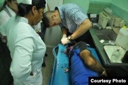 Uno de los 20 heridos es atendido en el hospital provincial de Cienfuegos tras volcarse una buseta ensamblada en Cuba.