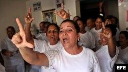 Damas de Blanco vitorean a su fallecida líder, Laura Pollán, hoy lunes 24 de septiembre de 2012, en su sede en La Habana (Cuba), mientras un grupo de personas afines al Gobierno cubano las mantiene rodeadas y les impide asistir a la iglesia para celebrar