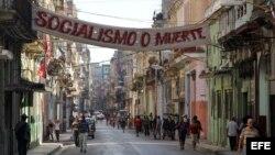 Una pancarta comunista cuelga de los balcones de La Habana (Cuba).