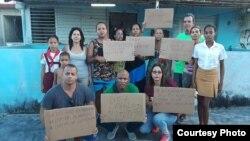 Activistas apoyan en Guanabo a una familia bajo amenaza de desalojo Foto Lázaro Yuri Valle)