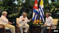 El general cubano Raúl Castro (d), el presidente de Uruguay José Mujica (c) y su esposa la senadora uruguaya Lucía Topolanski (i) hablan hoy, miércoles 24 de julio de 2013.