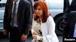 La expresidenta y actual vicepresidenta argentina, Cristina Fernández de Kirchner, llega al tribunal en el primer día de un juicio por corrupción.