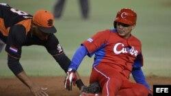 El cubano Frederich Cepeda en un partido de Clásico Mundial de Béisbol en Tokio, Japón.