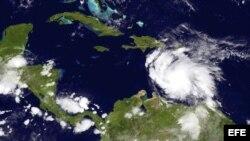 Imagen satelital realizada y facilitada por la Administración Nacional de Océanos y Atmósfera de Estados Unidos (NOAA, por su sigla en inglés) el sábado 04 de agosto de 2012, que muestra el avance que presenta la tormenta tropical 'Ernesto'.EFE/NOAA