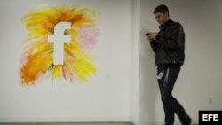 Logo de la red social Facebook en la nueva sede de la compañía en Menlo Park, California (EEUU).