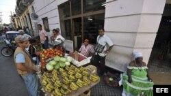 Cuentapropistas venden frutas y vegetales en las calles de Santiago de Cuba