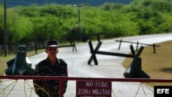 """Soldado cubano custodia entrada al puesto fronterizo """"Punto 8"""", cerca de la base naval de Guantánamo."""
