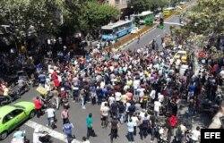Iranies protestan en una calle cerca del Gran Bazar de Teherán.