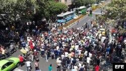 Iranies protestan en una calle cerca del Gran Bazar de Teherán (Irán)