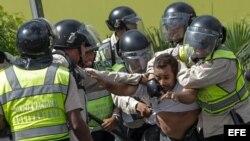 Miembros de la Policía Nacional Bolivariana en acción.