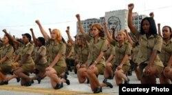 Cubanas graduandose de escuelas militares.