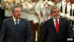 Raúl Castro y Lula Da Silva pasan revista a las tropas, el 15 de enero de 2008, en La Habana.