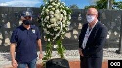 Ofrenda floral a los mártires cubanos al finalizar la Caravana Anticomunista, en la ciudad de Miami.
