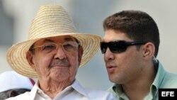 Raúl Castro con su nieto y escolta Raúl Guillermo Rodríguez Castro (i-d).