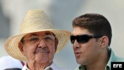 Raúl Castro con su nieto y escolta Raúl Guillermo Rodríguez Castro.(d).