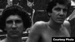 """Editores Argentinos reedita """"A la sombra del mar. Jornadas cubanas con Reinaldo Arenas"""", de Juan Abreu."""