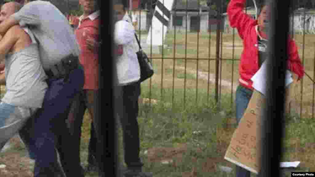 Integrantes de la Coalición Central Opositora participaron en una acción cívica el pasado 3 de diciembre en Sagua La Grande. En la foto un policía detiene a Jorge Vázquez y un agente de la seguridad del estado detiene el opositor José Lino Asencio (con pullover rojo y pantalón carmelita)
