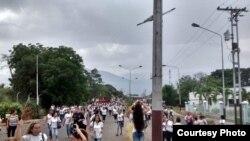 Mujeres venezolanas pasando a Colombia en busca de alimentos