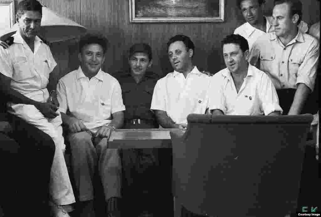 Castro En los camarotes con los soviéticos del Lgove.