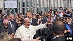 El Papa saluda a sus seguidores a su llegada a la prisión de Castrovillari en Calabria, Italia.