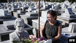 Patricia Gutiérrez, hija de Eloy Gutiérrez Menoyo, fallecido el viernes, permanece junto al panteón familiar hoy, domingo 28 de octubre de 2012, en el Cementerio Colón de La Habana.