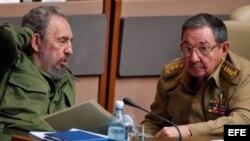 Archivo, los hermanos Fidel (izda) y Raúl Castro (dcha).