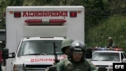 Foto de archivo. Policías custodian una ambulancia a la entrada de una cárcel en Venezuela.