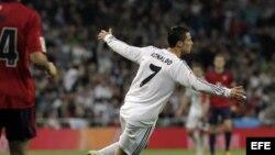 El delantero portugués del Real Madrid Cristiano Ronaldo celebra tras marcar ante Osasuna, durante el partido de Liga en Primera División que se disputó esta tarde en el estadio Santiago Bernabéu, en Madrid.