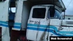 Camión de transportes de pasajeros accidentado en Las Tunas