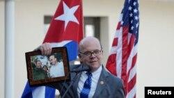 El legislador estadounidense Jim McGovern muestra un retrato junto a Fidel Castro, en un acto en el Museo Ernest Hemingway, en marzo del 2019 (Alexandre Meneghini/Reuters).