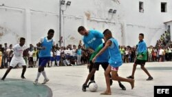 El futbolista español del Real Madrid Sergio Ramos durante un partido con un grupo de niños el 16 de junio de 2015, en La Habana (Cuba).