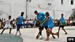 El futbolista español del Real Madrid Sergio Ramos durante un partido con un grupo de niños el 16 de junio de 2015, en La Habana.