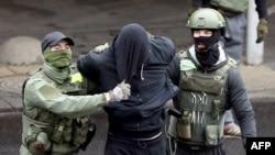 Manifestante arrestado por militares en Bielorrusia el 8 de noviembre de 2020. (AFP).